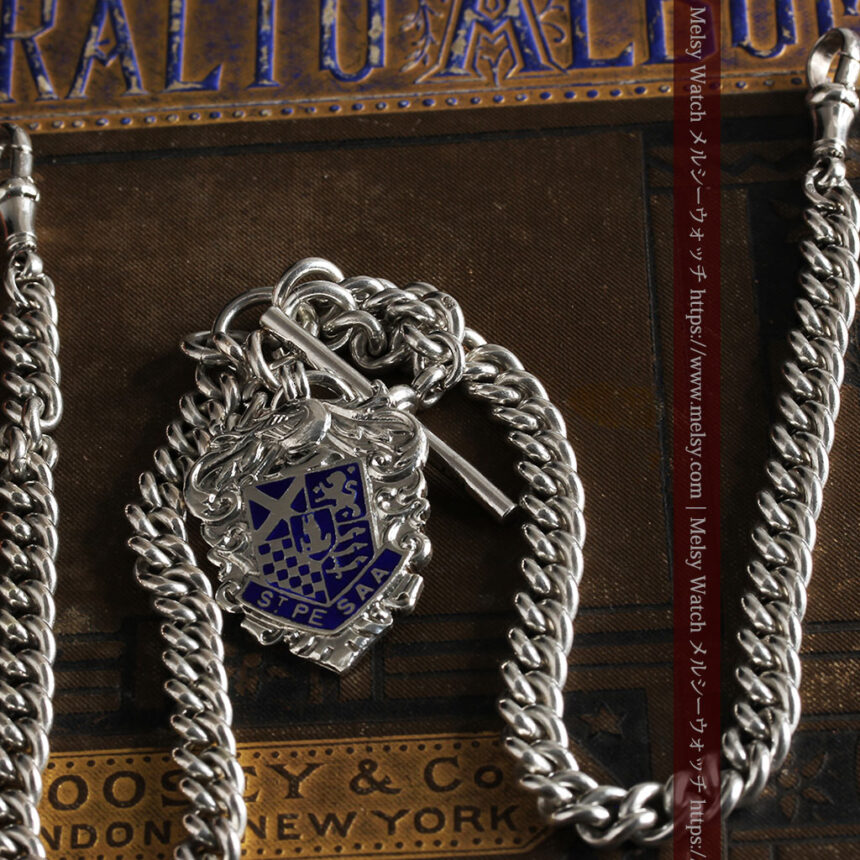 二股の銀無垢アンティーク懐中時計チェーン 騎士と青い盾飾り 【1922年頃】-C0473-11