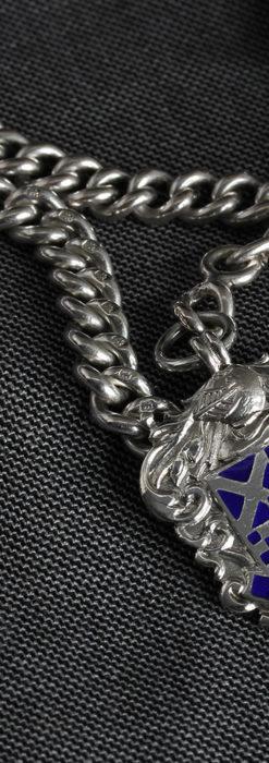 二股の銀無垢アンティーク懐中時計チェーン 騎士と青い盾飾り 【1922年頃】-C0473-3