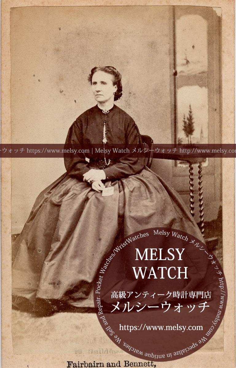 長い懐中時計のチェーンを身に着ける女性の写真 【1900年頃】-I4077
