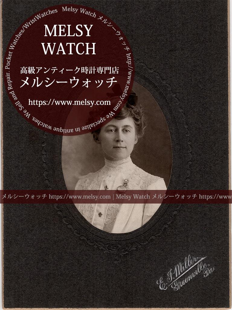 ブローチに懐中時計を合わせて着こなす女性の写真 【1900年頃】-I4078