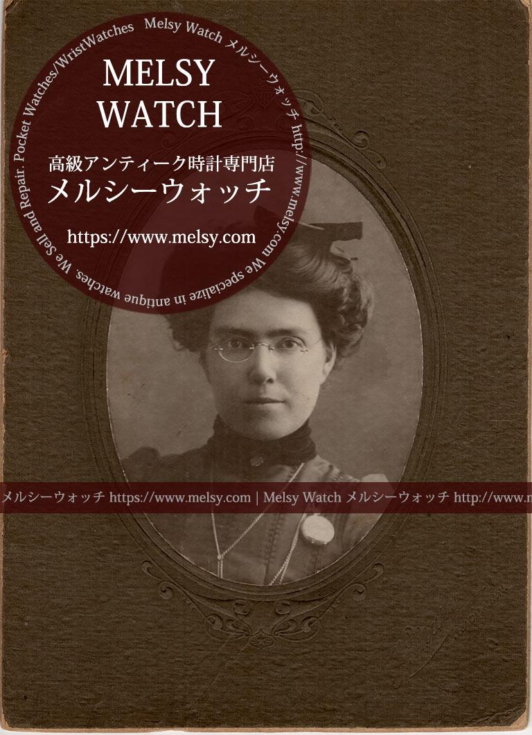 ネックレスとブローチで懐中時計を留める女性の写真 【1900年頃】-I4079