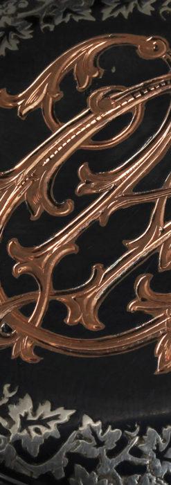 黒金装飾と彫りが美しいロンジンの銀無垢アンティーク懐中時計 【1905年製】革紐付き-P2274-11