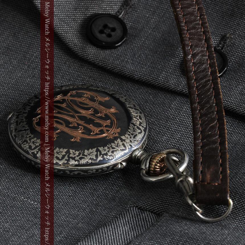黒金装飾と彫りが美しいロンジンの銀無垢アンティーク懐中時計 【1905年製】革紐付き-P2274-14