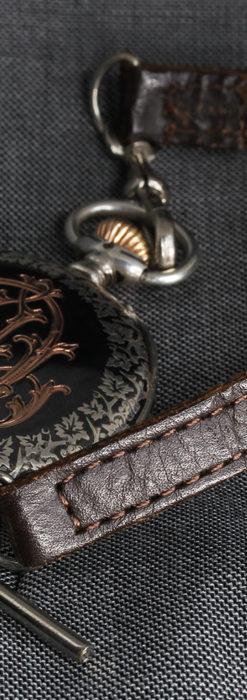 黒金装飾と彫りが美しいロンジンの銀無垢アンティーク懐中時計 【1905年製】革紐付き-P2274-16