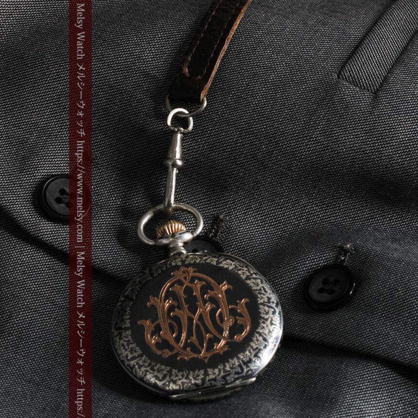 黒金装飾と彫りが美しいロンジンの銀無垢アンティーク懐中時計 【1905年製】革紐付き-P2274-17