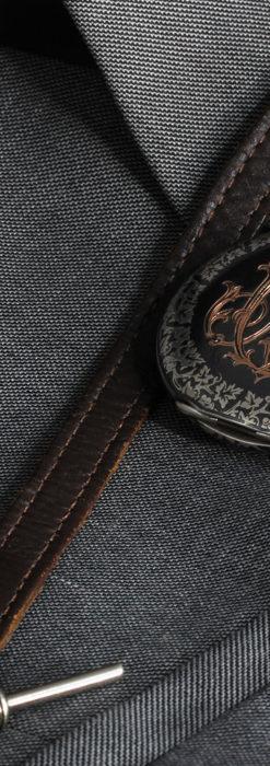 黒金装飾と彫りが美しいロンジンの銀無垢アンティーク懐中時計 【1905年製】革紐付き-P2274-19