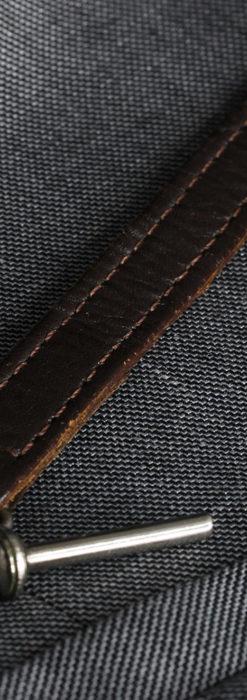 黒金装飾と彫りが美しいロンジンの銀無垢アンティーク懐中時計 【1905年製】革紐付き-P2274-20