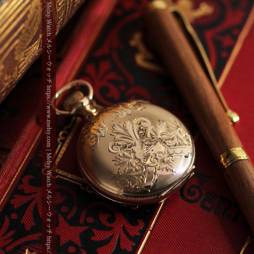 ワインレッドと金彩装飾 ハンプデンのアンティーク懐中時計 【1908年製】-P2288-8