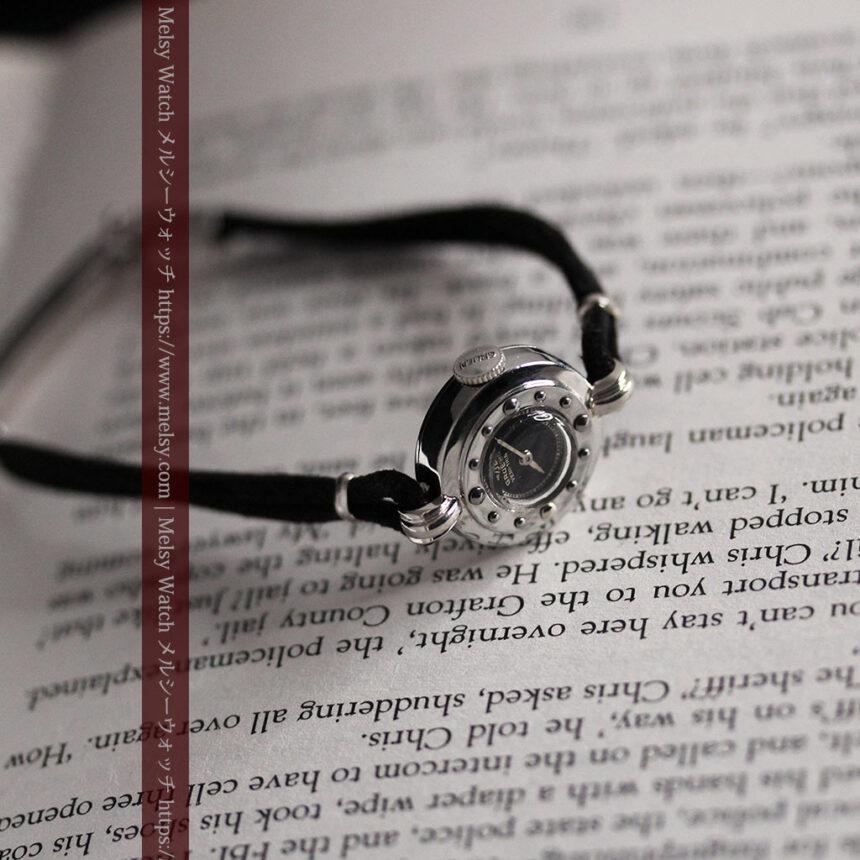 グリュエン 黒文字盤と鋲の個性的な女性用アンティーク腕時計 【1950年頃】-W1492-11