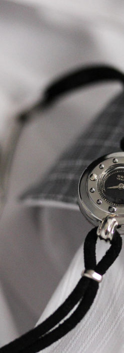 グリュエン 黒文字盤と鋲の個性的な女性用アンティーク腕時計 【1950年頃】-W1492-4
