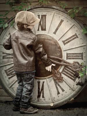 時計を動かす子供