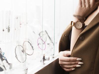 コートの女性と腕時計