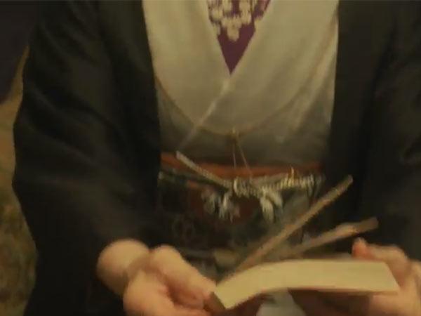 三島和歌子を演じる白石加代子の懐中時計用ネックレス