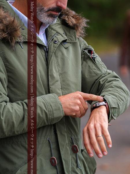 時計を確認するジャケット姿の男性