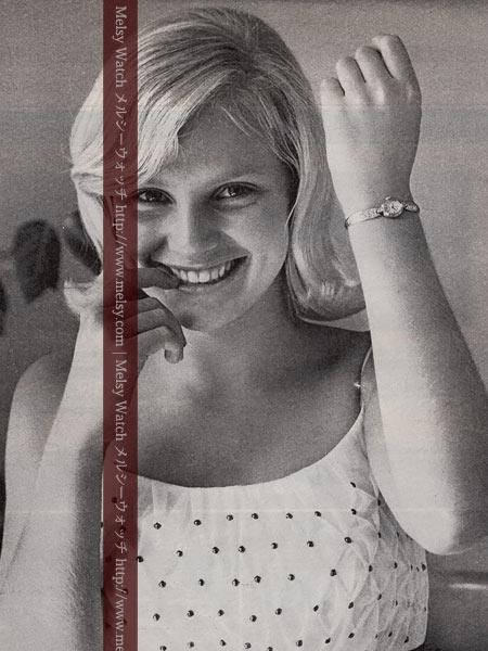 婦人物の腕時計を身に着けたブローバの広告より
