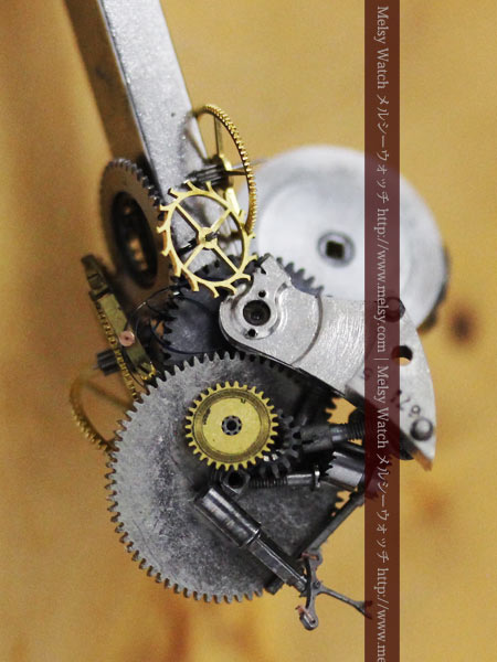 磁石に引き寄せられた時計の部品たち
