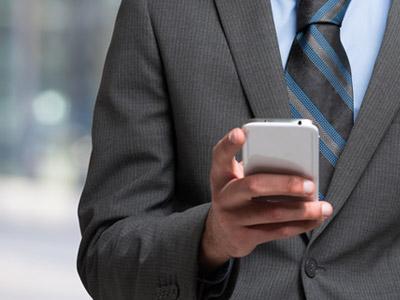 携帯電話を操作するビジネスマン