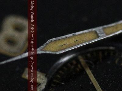 ひび割れの見える針の塗料