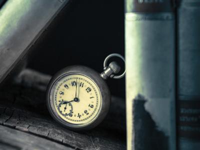 懐中時計と古い本棚