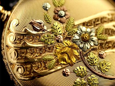 綺麗な装飾が施された懐中時計のケース