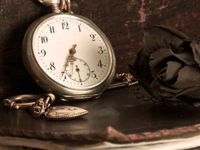 懐中時計とバラの花
