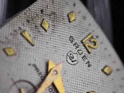 経年変化の強く出た金属製の文字盤