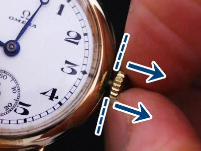 腕時計のリューズを引く