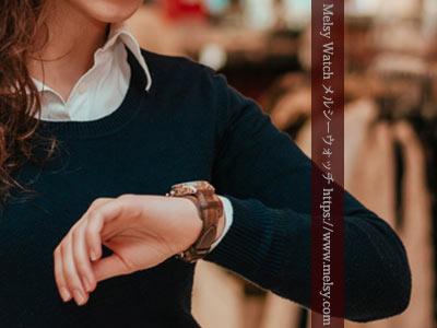 買い物中の女性と腕時計