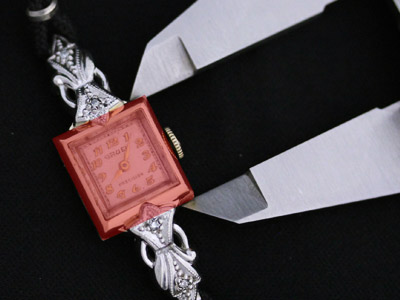 長い女性用の腕時計の縦の計測
