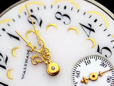 金彩模様の文字盤と豪華な針