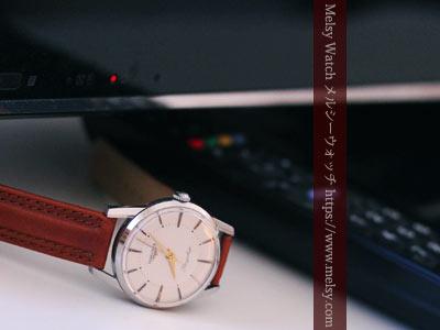 テレビ台の上の腕時計