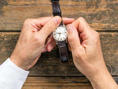 手巻きの腕時計を巻き上げる