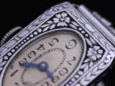 黒い花模様が施された腕時計