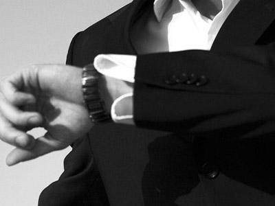 スーツの男性と腕時計