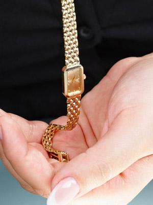 婦人の手と腕時計