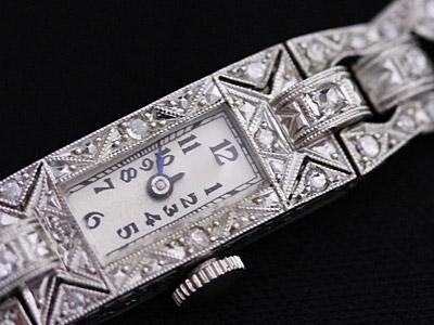 たくさんのダイヤモンドが鏤められた婦人物腕時計