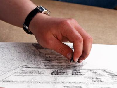 スケッチをする手と腕時計