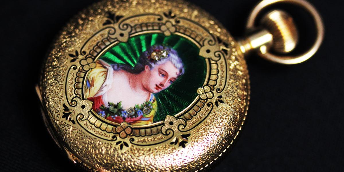 エナメル装飾の美しい女性の姿