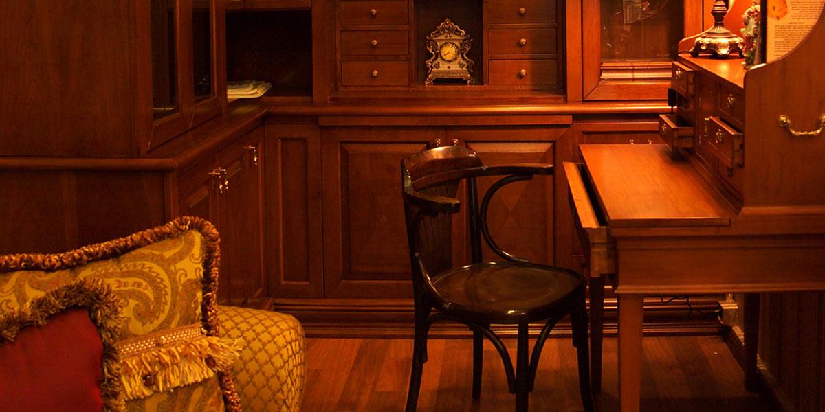古い書斎と置時計