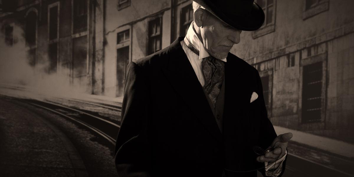 懐中時計を手に取る老紳士