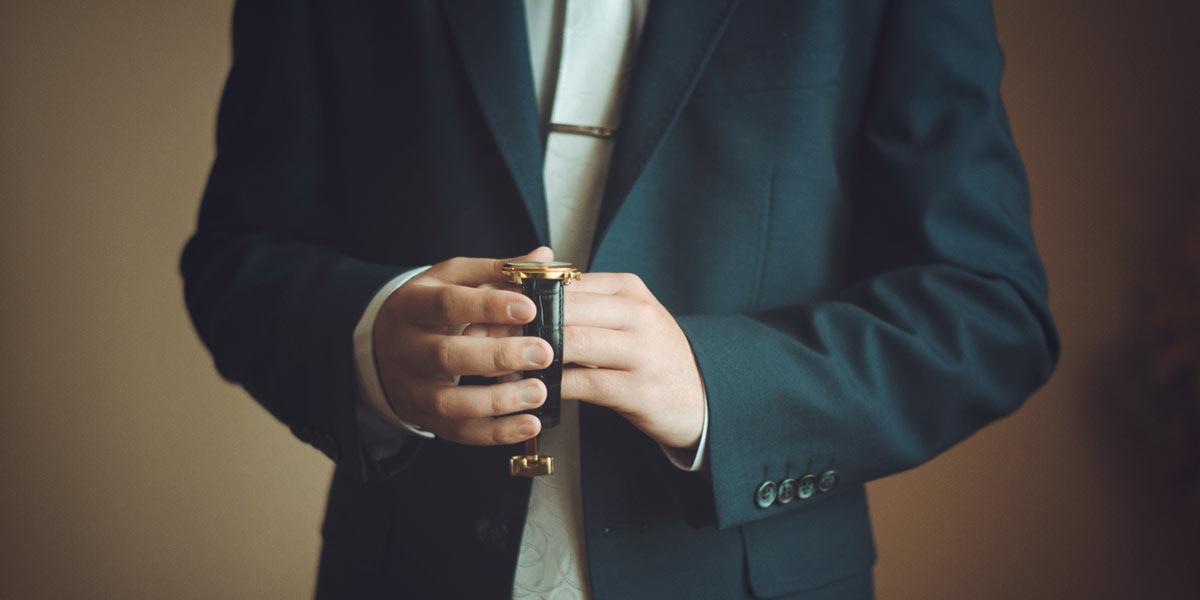 腕時計を持つ紳士