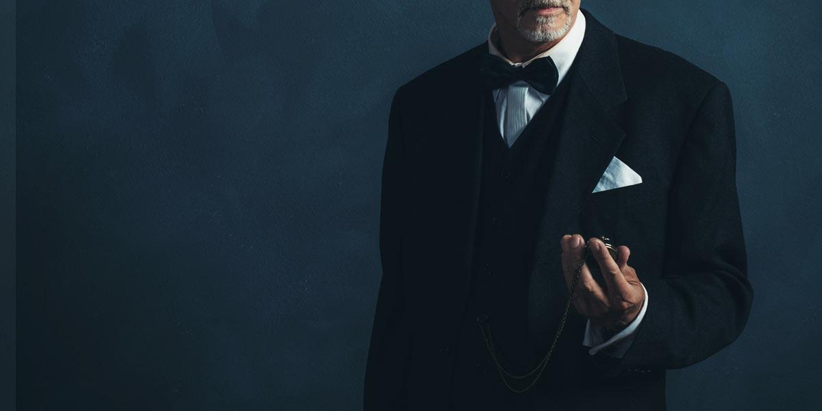 正装姿の紳士と懐中時計