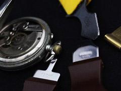 懐中時計と蓋を開ける工具