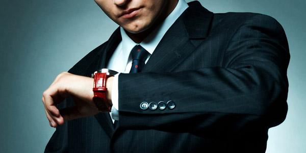 腕時計を見る紳士