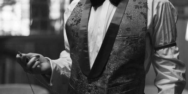 懐中時計を持った紳士