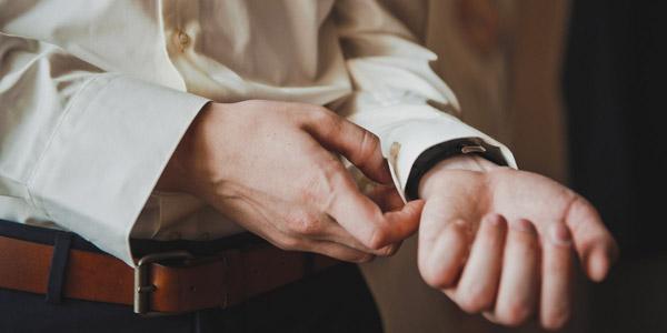 腕時計側の袖のボタンを留める