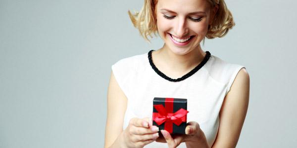 贈り物を喜ぶ女性