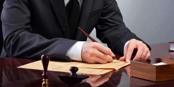 書類を書くスーツ姿の男性