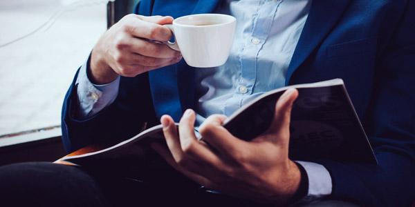 コーヒーを飲み本を読む