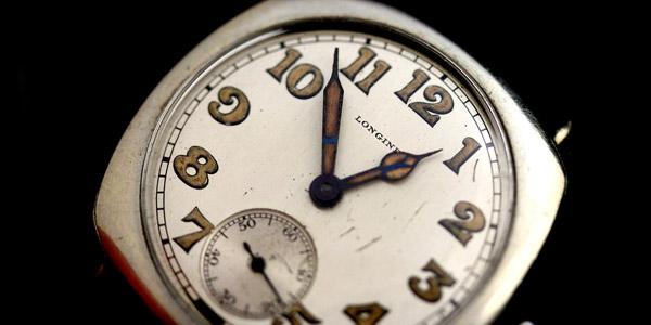 針やインデックスに蛍光塗料が施された古い腕時計